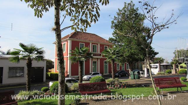 Casario antigo em frente à praça da cidade, Monte Belo do Sul, RS