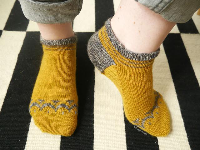 soquettes tricotées couleur moutarde et gris