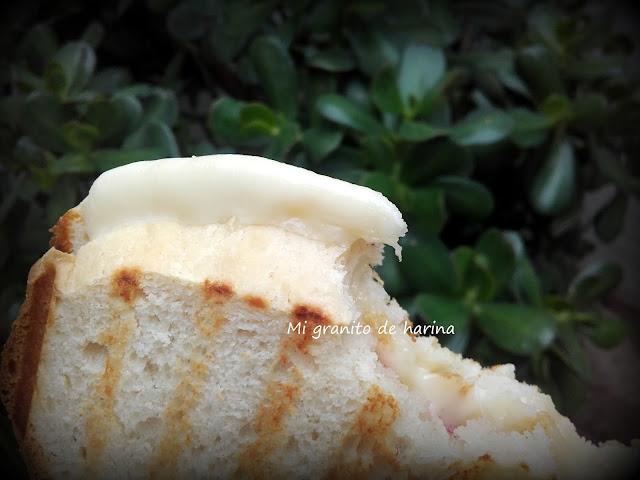Sólo hay que poner una loncha de tu queso favorito y tostar en la plancha o la sartén