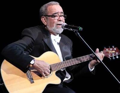 Foto de Andy Montañez cantando en concierto
