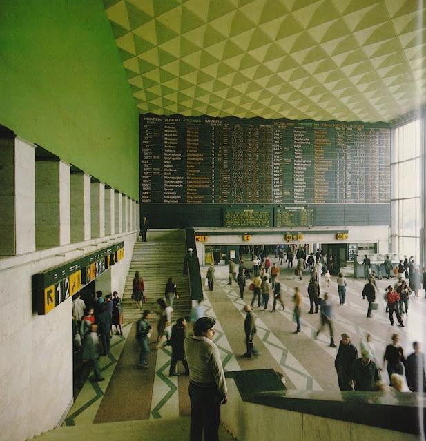 """1980-е годы. Рига. Большой зал Центрального железнодорожного вокзала (скан из фотоальбома """"Рига. Девять песен о Риге"""", изд-во """"Avots"""", 1988 год)."""