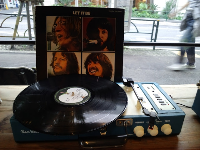 ビートルズのレコードがターンテーブルにセットされている写真です。