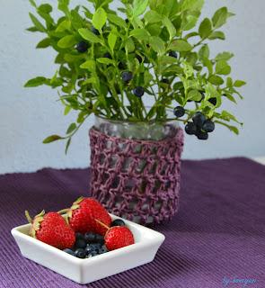 Heidelbeerstrauß mit Erdbeeren und Heidelbeeren in einer Schale