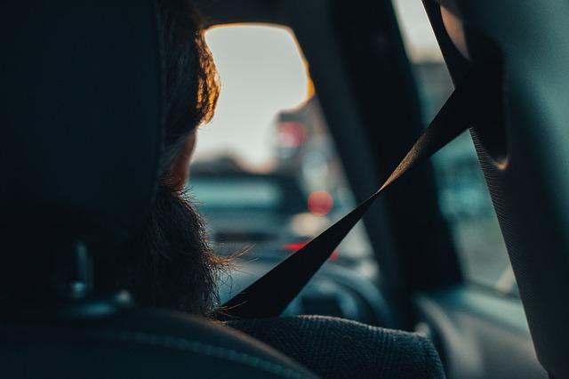 mujer embarazada conduciendo un auto