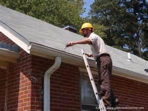 membersihkan saluran air atap agar rumah lebih nyaman