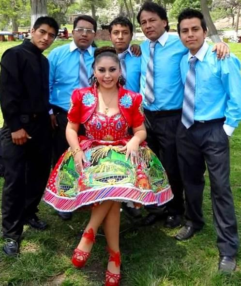 Foto de Anita Santivañez acompañada de sus músicos