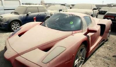 Supercar Ferrari di tempat pembuangan mobil.