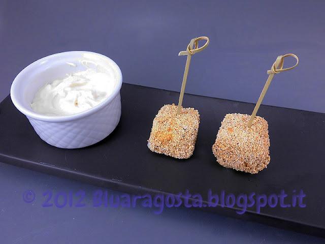 bocconcini fritti di formaggio con salsa allo yogurt