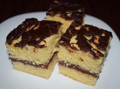 Biszkopt przekładany kremem z polewą z czekolady
