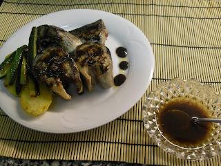 Caballa con verduras y salsera con salsa Teriyaki.