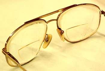 kacamata berlensa rangkap (kacamata bifokal) untuk cacat mata presbiopi (mata tua)