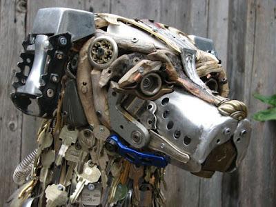 Escultura de perro  con pedazos de madera y  metales reciclados