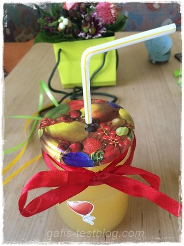 Fertiges Glas mit Deckel, Strohhalm, Schleifchen und Aufkleber