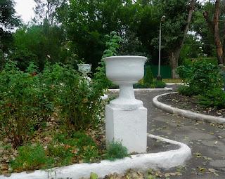 Новгородское. Территория заводоуправления фенольного завода. Вазоны