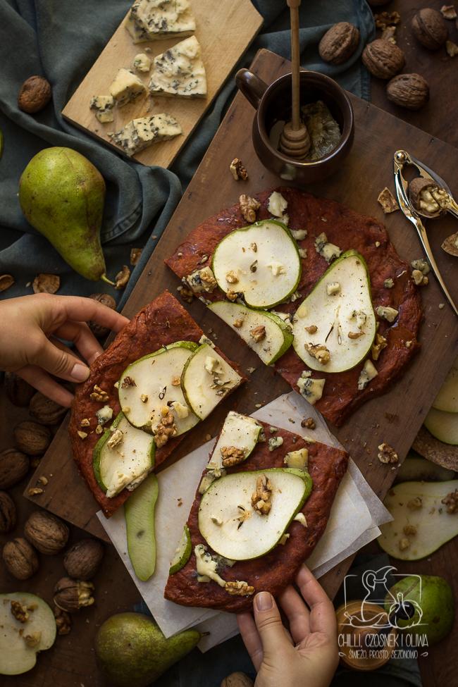 Focaccia z gorgonzolą i gruszką na cieście z wędzoną papryką
