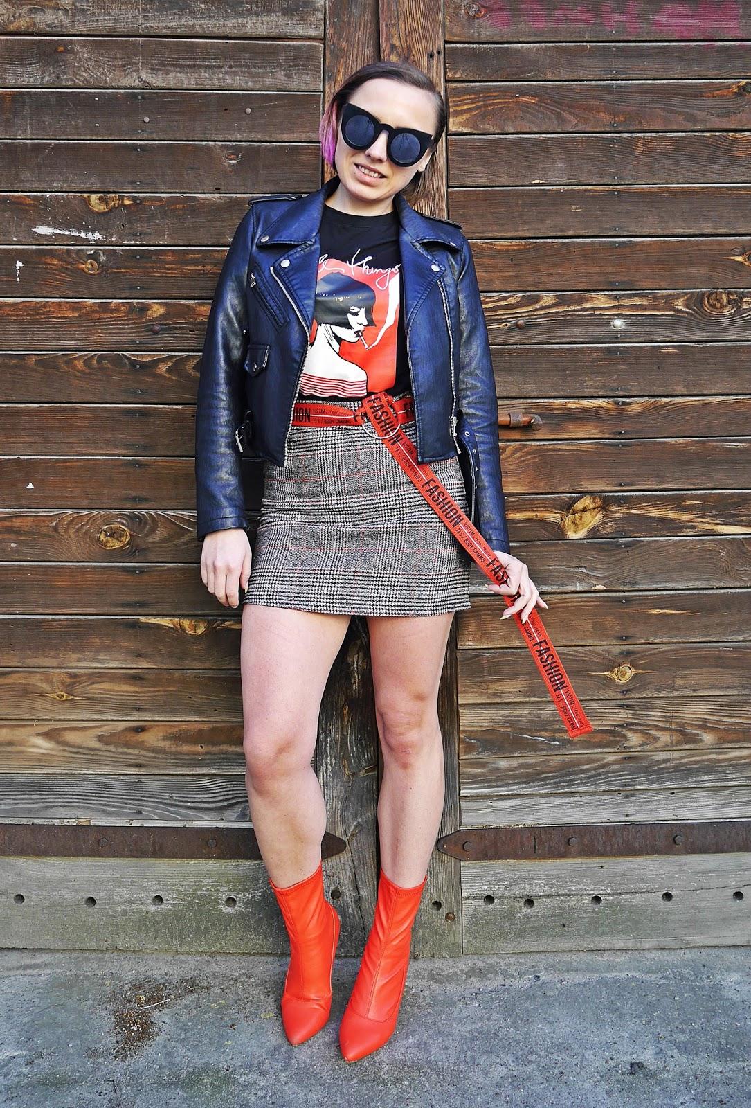 5_spodnica_w_krate_czerwone_botki_t-shirt_z_nadrukiem_karyn_blog_modowy_220418
