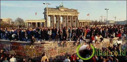 Runtuhnya Tembok Berlin (1989)