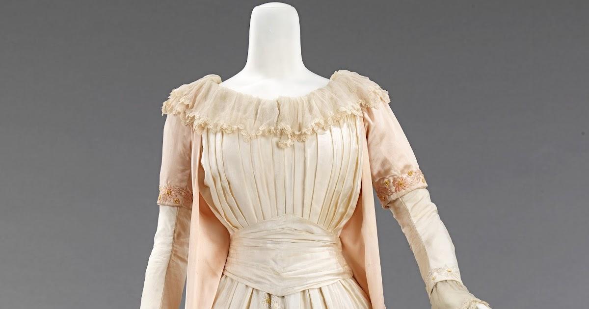 Mrs Bertin's Jewelry Box: Dress Of The Week: Tea Gown