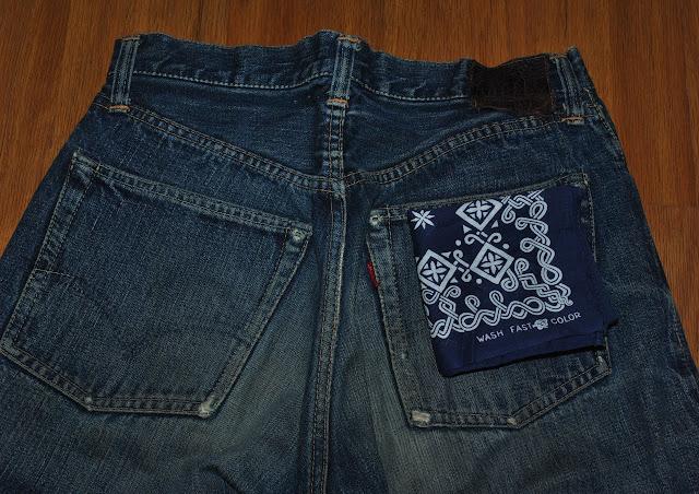 ヴィンテージリーバイス501xx 片面タブの右バックポケットの上に紺のタイガーバンダナ