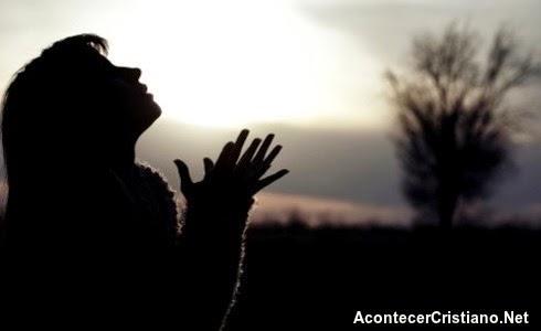 Mujer orando por milagros