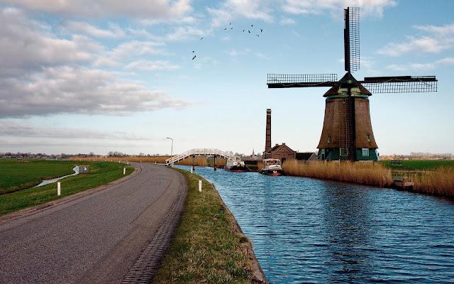 Molen langs het watermet een brug en weg