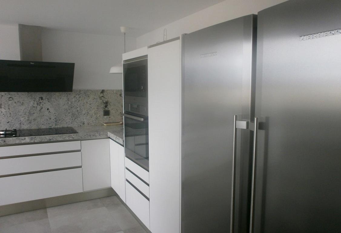 Negro blanco y gris una mezcla que realza una cocina de for Encimera de cocina lacada en blanco negro