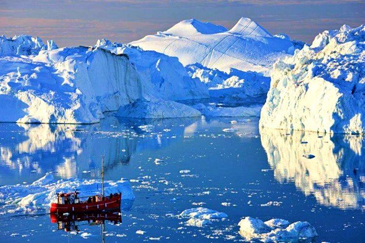 1906'nın başlarında Danimarkalı bir araştırma ekibiyle birlikte Grönland ve Kuzey Kutbu'na doğru yola çıktı.