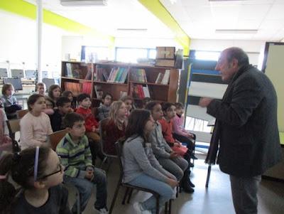 Des élèves attentifs aux explications du Président du musée