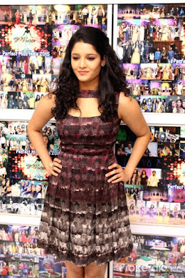 Ritika Singh Hot Images in the Shopping mall