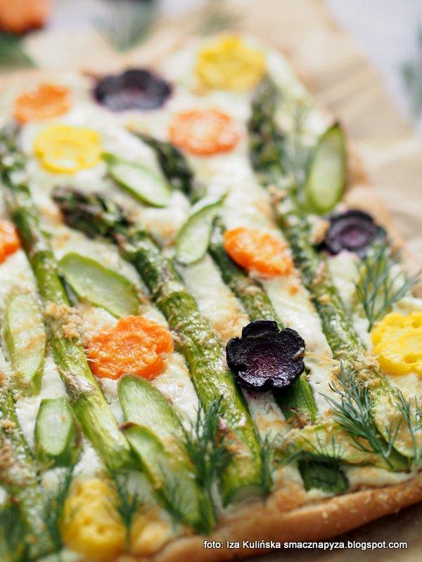 pizza z warzywami, sos twarogowy, twarozek, szparagi, warzywa, wiosenna pizza, placek wiosenny, obiad, zapiekanka