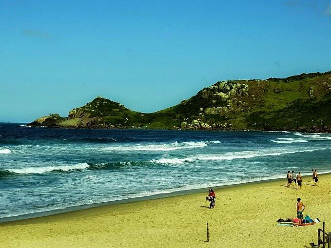 A Praia Mole, em Florianópolis, possui ondas boas para o surfe e pontos para a descida de paraglider.