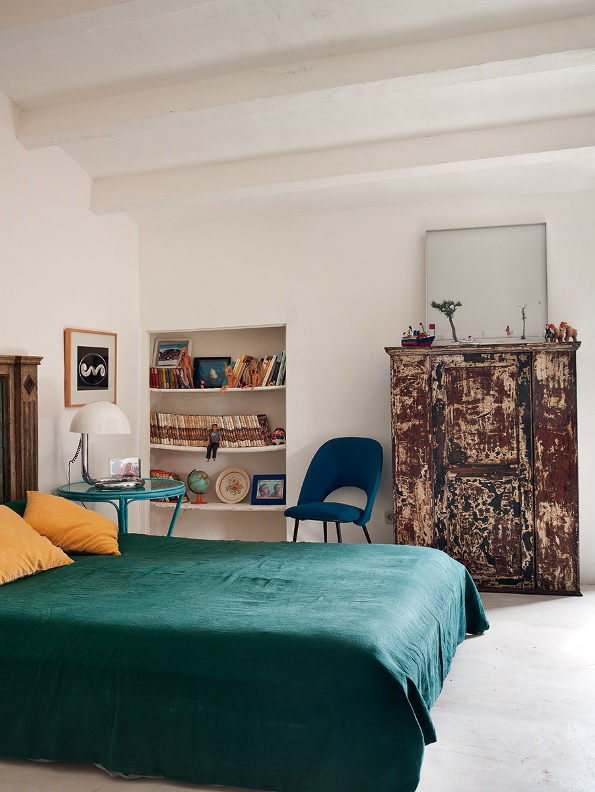 dormitorio con antigua comoda recuperada