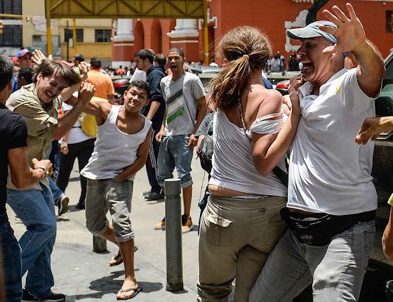 Militantes chavistas atacando a opositores em ato eleitoral