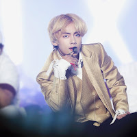 V Kim Taehyung Blonde Hair with Gold Jacket at AAA 2018 (5)