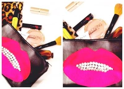 Bolso de mano con labios de tachuelas