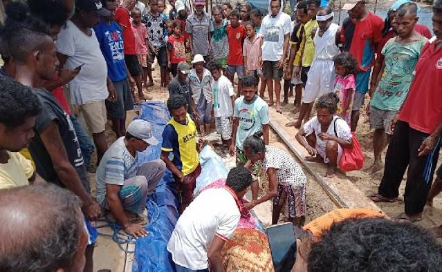 Warga Kepulauan Aru Gelar Ritual Adat Kuburkan Paus Sperma Terdampar di Hokmar.lelemuku.com.jpg