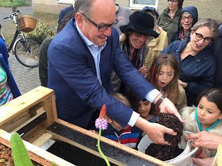 compostwormen wormenhotel wethouder Peter Bot checkt wormen in