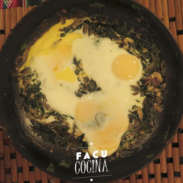 Budín de choclo y espinacas salteadas con huevo