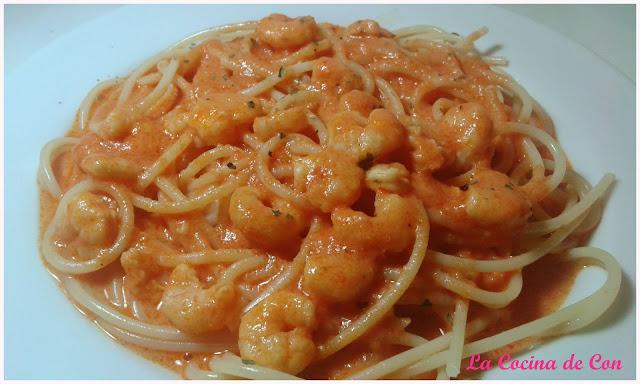 espaguetis salsa nata gambas y tomate