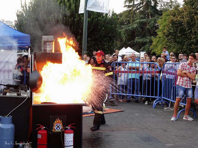 Επίδειξη κατάσβεσης πυρκαγιάς σε μαγειρικό σκεύος και πρώτες βοήθειες στην ΔΕΘ  [βίντεο - φωτογραφίες]
