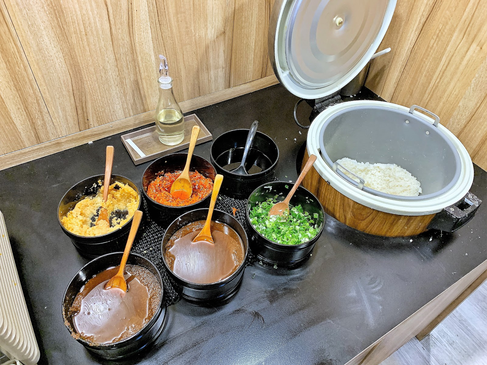 台南小石鍋燒肉火鍋醬料區