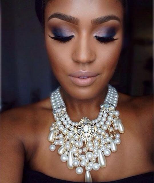 A pele negra combina com muitas cores, de cores simples à cores marcantes. Pois nela se destacam as mais lindas maquiagens. Por isso as cores mais marcantes ficam incríveis em pele negra. Aqui tem 5 opções de makes incríveis para você se inspirar e arrasar.