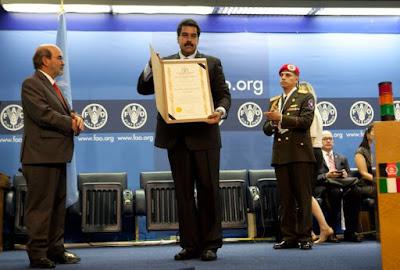 Maduro recebendo diploma na FAO