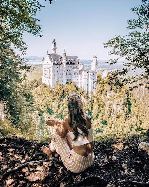 Lâu đài Neuschwanstein nằm trong địa phận của làng Schwangau ở miền nam nước Đức, nhìn ra dãy núi Bavarian Alps. Tòa lâu đài này do Vua Ludwig II của Bayern cho xây dựng từ thế kỷ 19, được mệnh danh là lâu đài nổi tiếng nhất trong số các lâu đài của Ludwig II và là một trong những điểm du lịch hút khách nhất của nước Đức.