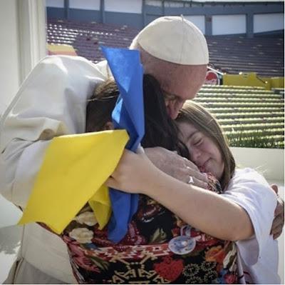 Франциск виклав у своєму Instagram фото, на якому він обіймає двох жінок з українським прапором