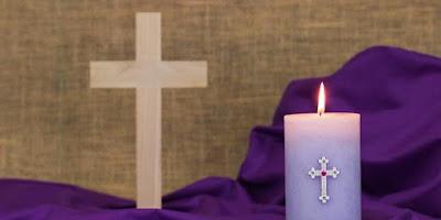 imagem de uma vela e uma cruz