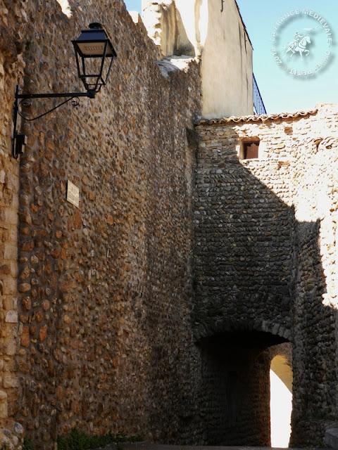 BUISSON (84) - Porte fortifiée et remparts médiévaux templiers
