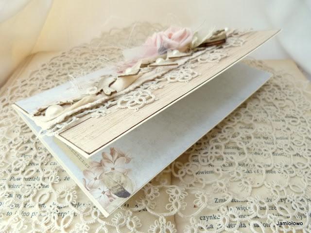 wnętrze kartki ozdobione jest papierem do scrapbookingu z kwiatowymi motywami