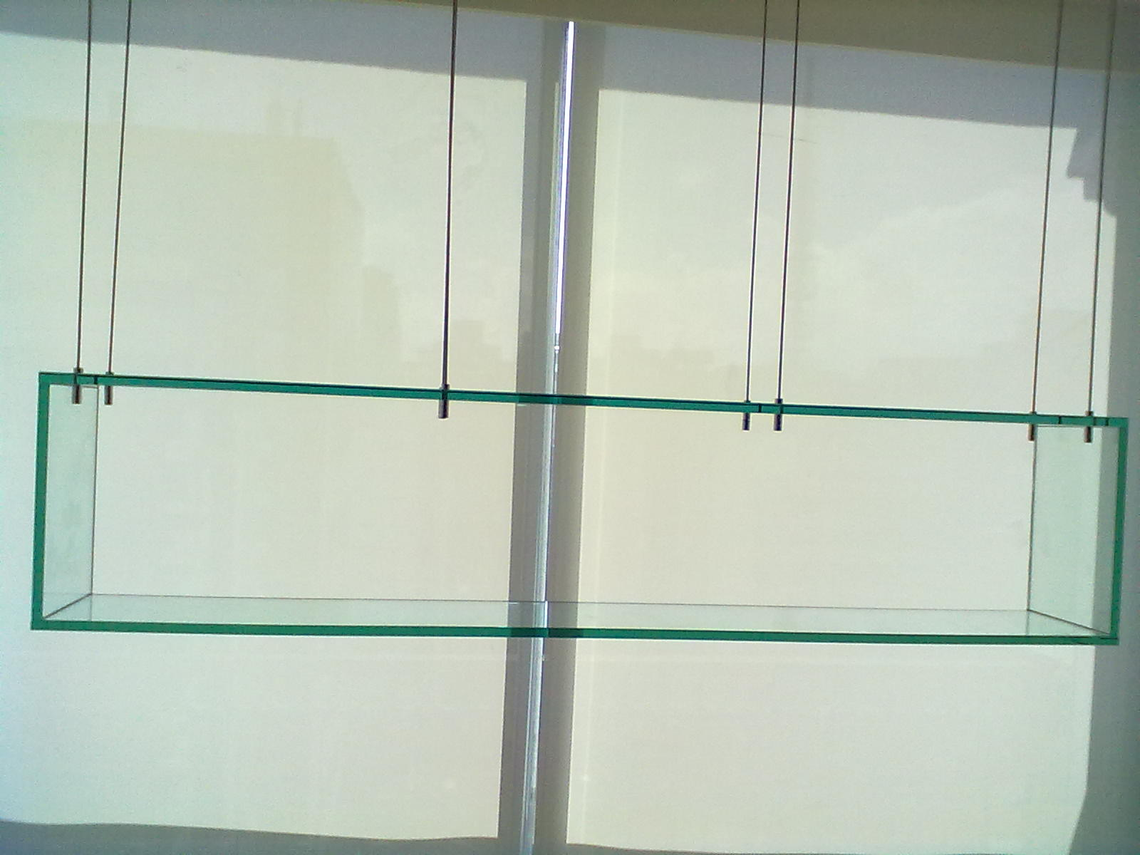 foto de prateleira de vidro suspenso
