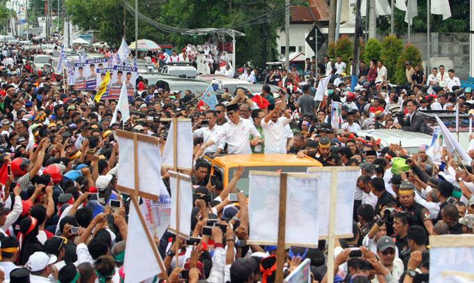 Foto: Puluhan Ribu Massa Kawal IYL-Cakka Mendaftar ke KPU